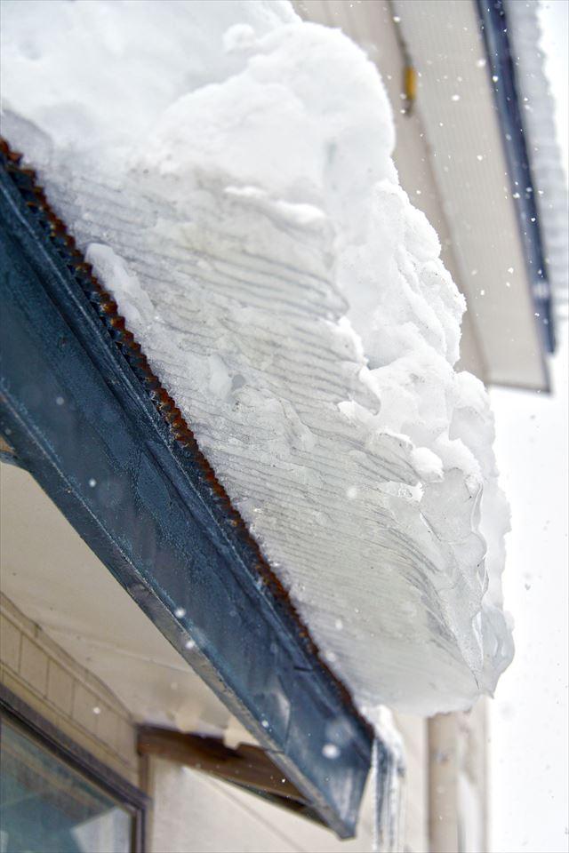 豪雪地帯は毎日屋根の雪下ろしをすることが日課なので、屋根に雪止めはない