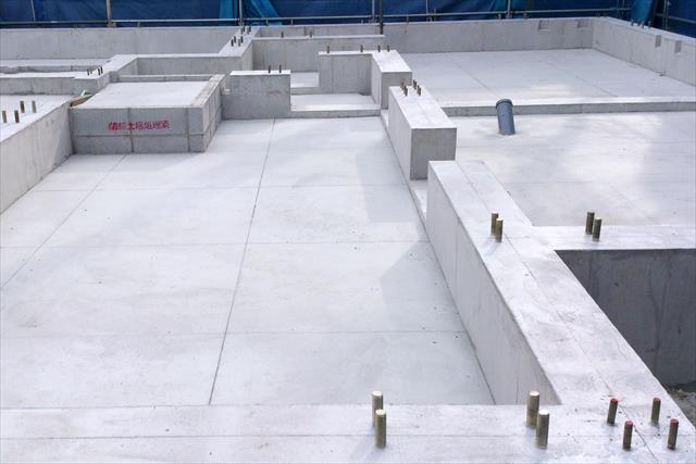 硬質なセメント素材のコンクリートも、時間の経過とともに水分を吸収しやすくなっていきます