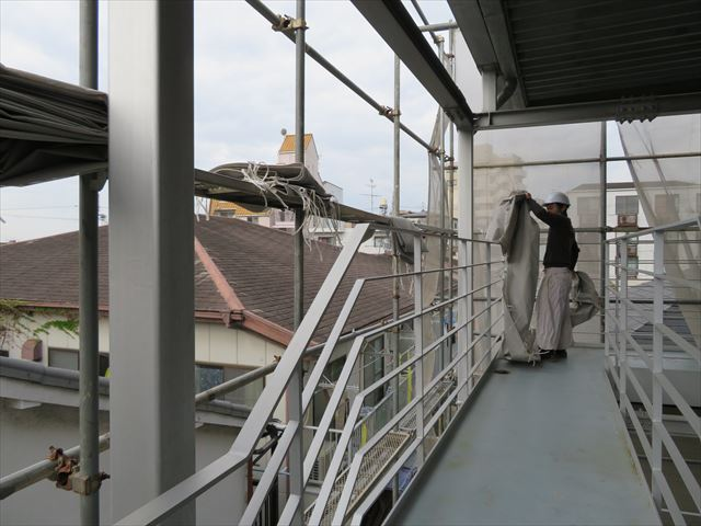 屋根工事用足場のメッシュシート張り