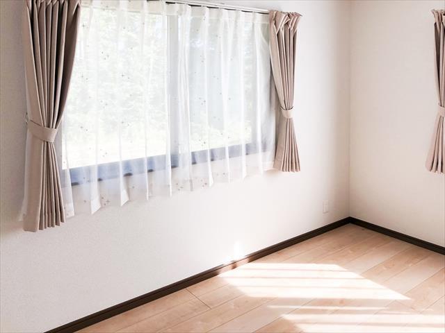 サッシ窓や天窓、ガラス付き玄関ドアなどは太陽光が通過して建物内部を温めるので遮熱する必要があります。
