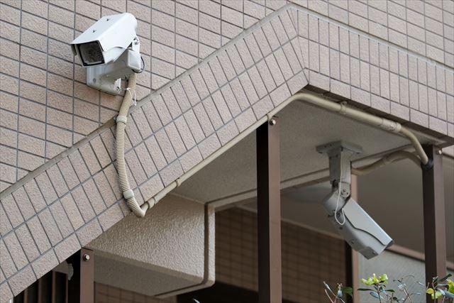 マンション共用階段外壁を破壊した犯人を防犯カメラで探す