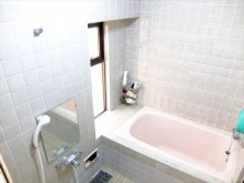 タイル仕上げの浴室はユニットバスとは違った高級感があります。