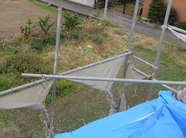 足場の頂上の4隅には火打ちを必ず入れて行きます。風圧を受けるとひし形に変形する場合がありますので、必ず剛性を高めるために入れます。