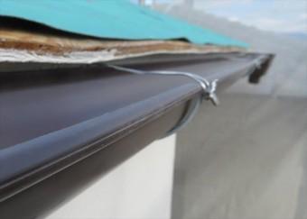 軒樋の固定は受け金具の位置でステンレスワイヤーで緊結していきます。