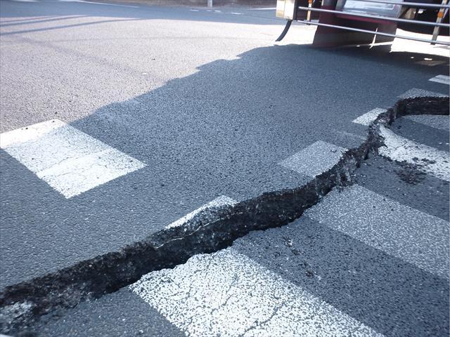 新潟山形の地震では道路が陥没して、地割れが生じている箇所が確認され、市民生活に支障が出た。