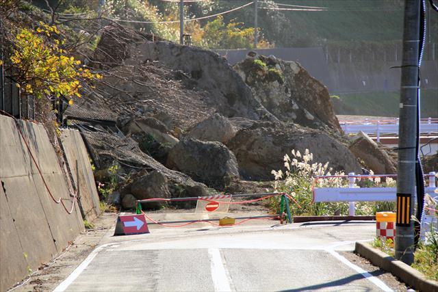 新潟山形の地震では地滑り、地割れ、擁壁崩壊、液状化現象が起こり、鉄道は運休、国道には落石が横たわり、市民生活の麻痺は必至です。