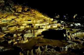 鍾乳洞の成分はセメントやALCなどに多く含まれている石灰成分でできている