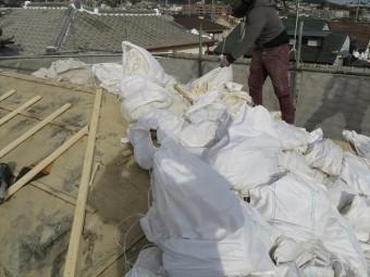 高槻市で大阪北部地震、台風21号のダブル被害に遭ったお宅の屋根葺き替え工事をすると、35年前のルーフィングが見えてきますが、完全に劣化していて破れている箇所が多く存在しました。
