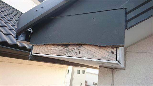 強風が運んできた飛来物で破損した破風板