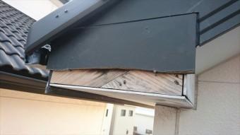 強風の飛来物で破損した破風板