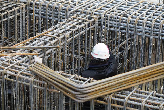 コンクリート内部に配筋された鉄筋に雨水が回り、弱酸性の雨水に触れた鉄筋は錆び、鉄筋は膨張して、内部からコンクリートを破壊する