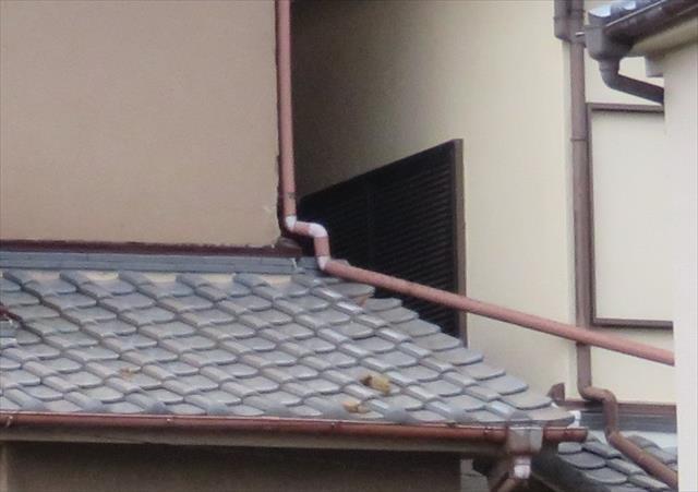 南側で玄関上の下屋根では、欠損こそしていないものの、下屋根の軒樋から外れて這樋は明後日の方向を向いています。