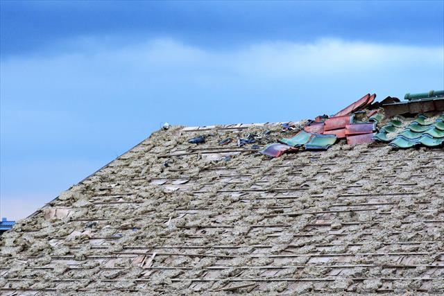 山形新潟地震は横揺れだったと多くの方が証言しています。きつい横揺れ地震では瓦屋根が広い面積にわたって剥がれ落ちることがはっきりしています。