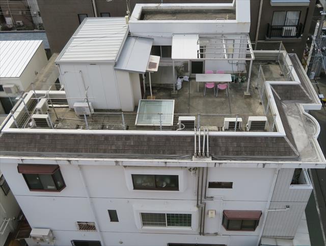 屋上の四方を囲むパラペットを俯瞰してみると雨水を遮る役割がある事が解る