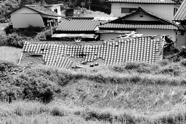 瓦屋根の家が地震で大きな損傷を受ける原因は瓦屋根が重たいからではなく、重たい瓦屋根をしっかり支える家の骨格が弱いことが本当の理由