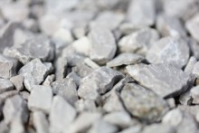 セメントに砂利と砂が混ぜられるとコンクリートになる