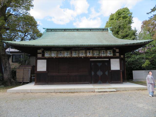 緑青が美しい銅板屋根の弓弦羽神社の神餅所
