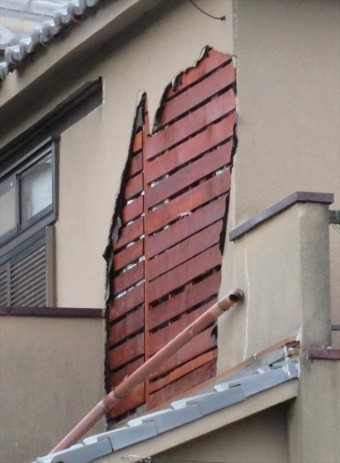 台風21号の強風は、モルタル外壁を破壊して、下地の木材が露出する状態になっていました