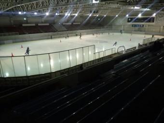 濡れた屋根はアイススケートリンクのよう