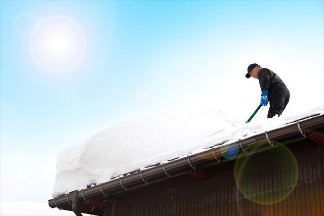 雪国の軒樋は狭い間隔で受け金具で支持されているので、落雪の重みを十分に支えている