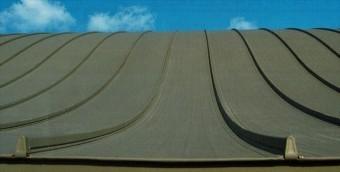 立平と呼ばれるガルバリウム鋼板のたてはぜ葺き