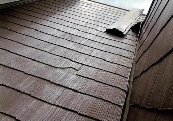 宝塚市では台風21号の暴風で剥がされた棟包み板金が、屋根から今にも落下しそうになっている危険な状態が多発した