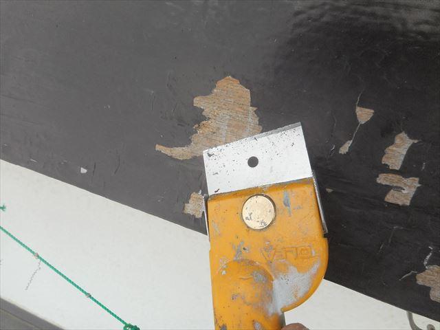 浮いた塗装はスクレーパーできっちりと剥離させてしまうことが塗装の仕上がりに大きく影響が出る大切な作業工程