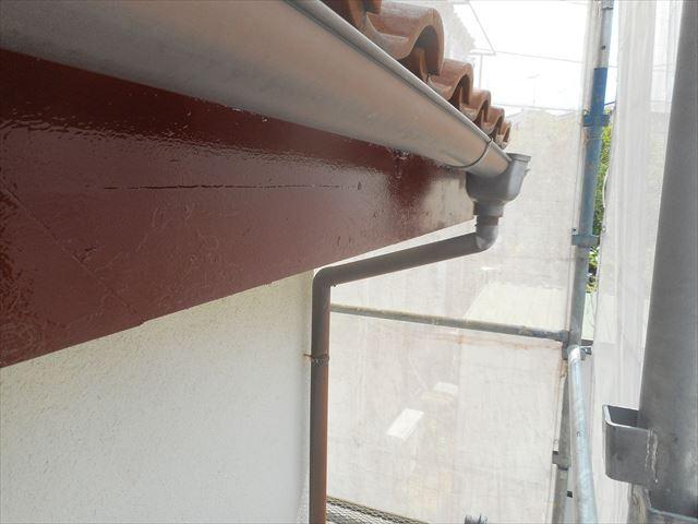 防腐効果が高い塗料を下塗りする鼻隠し板はケレン作業をしっかりしたので、表面の仕上がりが美しい