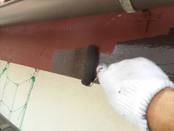 中塗り作業に入る鼻隠し板は十分なオープンタイムを取って塗料の密着性を上げている