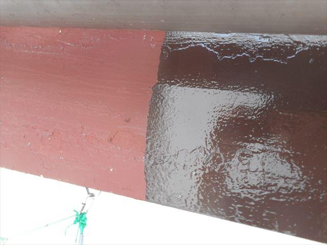 下塗り塗料の赤色が仕上げ色のこげ茶を引き立てる色選択 鼻隠し板塗装作業工程