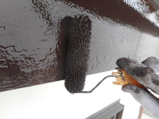 上塗りと言われる仕上げ塗の作業工程に入る木質系の鼻隠し板は3層の塗膜が密着して完全な防水性能を発揮する