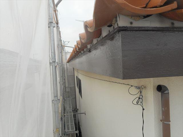 古い軒樋が撤去され、雨どい金具の跡も再塗装で痕跡が消えた