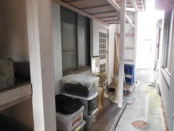 ビル裏手の木製納屋の波板屋根が台風21号で吹き飛ばされた