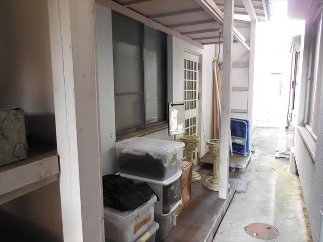 阪急石橋駅前ビル1、2階のテラス屋根が台風21号で吹き飛ばされた