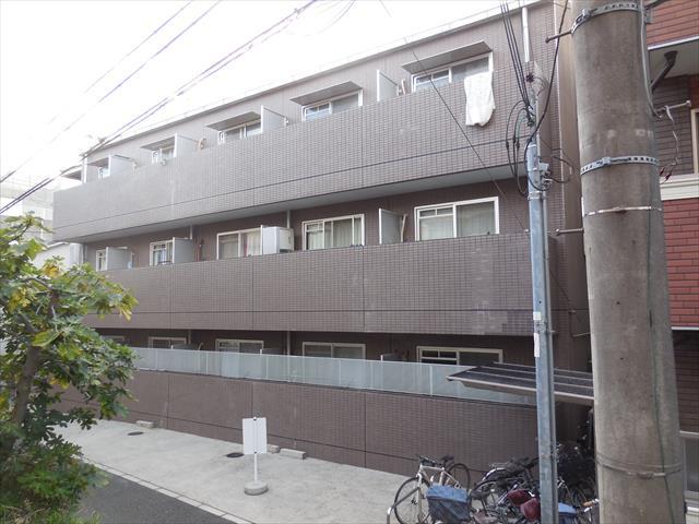 45二丁のモザイクタイルで仕上げられた賃貸マンションの外観を観察するとベランダ、バルコニーが建物本体から張り出していて、地震の時の振幅が建物とバルコニーでは異なることが解かる。
