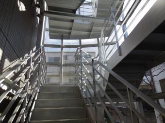 H型鋼と中空角型鋼材の躯体を有する共用階段は堅牢で耐震強度も十分にある