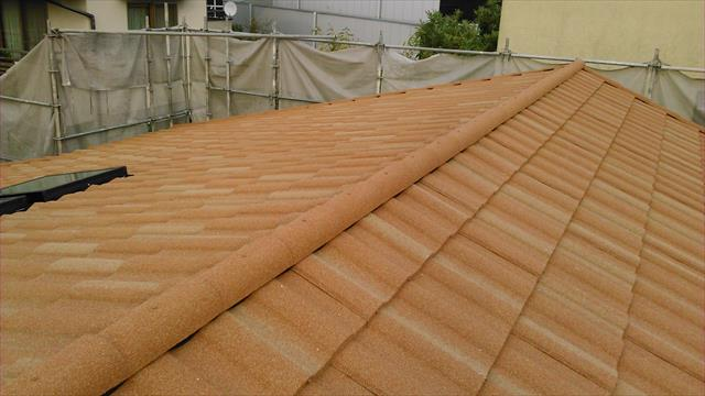高槻市の屋根工事で採用を検討したジンカリウム鋼板屋根材。ガルバリウム鋼板と組成成分に若干の違いはあるがほぼ同じ特徴を持ちます。天然石粒を付着させていますので、防音性と断熱性が上がっています。
