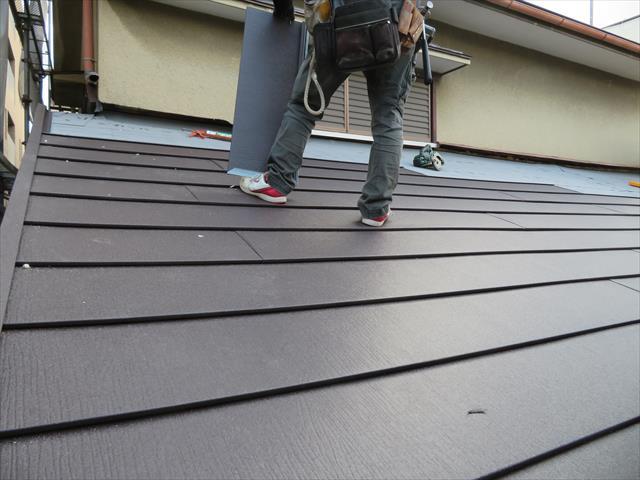 高槻市の屋根工事でガルバリウム鋼板製を検討した。瓦よりも圧倒的に軽く、工場成形された屋根材なので、継ぎ目から雨水が入ることがなく、施工性、豊富なカラーバリエーション、デザインが用意されているので、好みの屋根に仕上げやすい特徴があります。