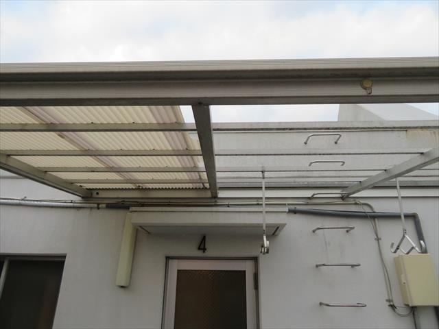 激しい強風が吹くことで屋上テラス屋根の波板の3分の2が割損した。