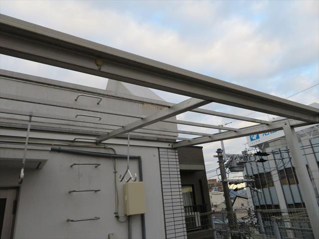 屋上テラス屋根の波板は台風21号で吹き飛ばされてしまった。