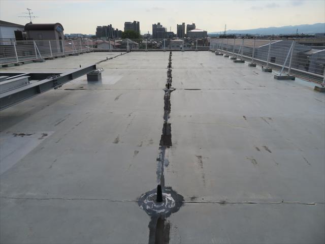 マンションなどの共同住宅では屋上防水は大変に重要です。防水が切れると雨水は入れるところに入って行き、何軒もの部屋で雨漏り症状を引き起こします。
