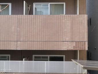 張り出したバルコニーはマンション本体と固有の振幅が異なる