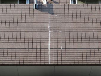 マンション本体と固有の振幅が異なるバルコニー壁面タイルが浮き上がった白華現象が確認された