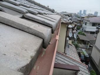 高槻市で大阪北部地震に遭った寄棟の瓦屋根は、棟や漆喰に被害が出たが、軒先のマンジュウ瓦はすべて正常な位置にありました。