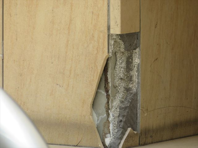 大阪北部地震で大理石の化粧壁が割損し剥落した