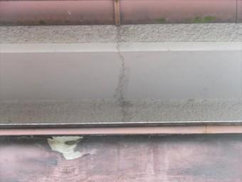 モルタル仕上げの軒天井にもクラックが生じている