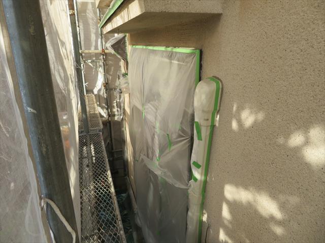 サッシ窓、エアコンダクト、庇、雨どい、電気コンセント、室外機など塗料で汚れる部分はマスカー、マスキングテープで養生します