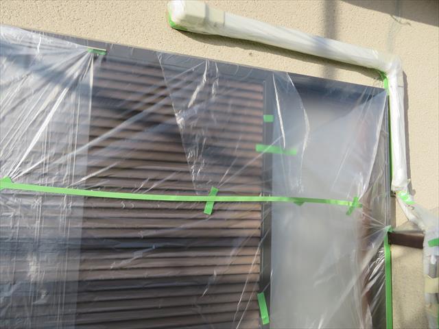 外壁塗装の第一段階は汚損防止の養生作業を入念にします。