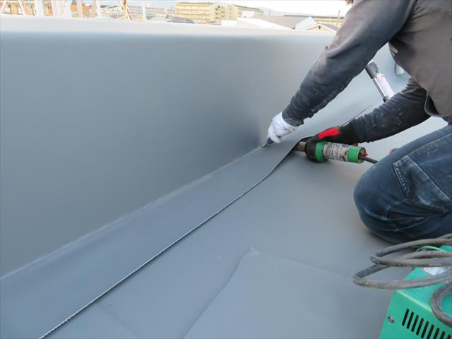 塩ビシート防水層は、部分補修(パッチ工法)や、継ぎ足し延長、更なる張り重ねが柔軟にできる最強の防水工法