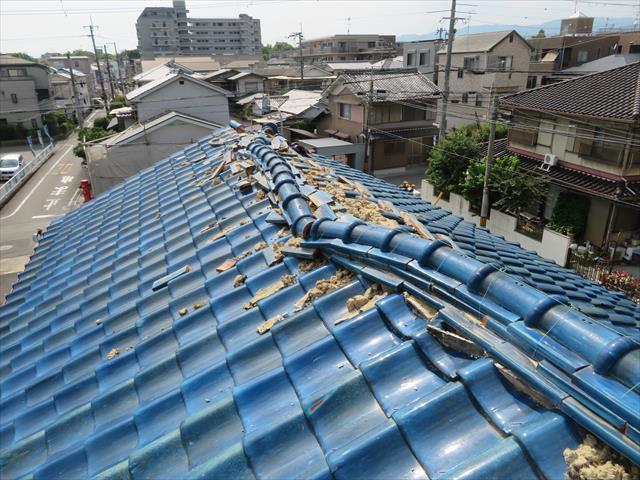 大阪北部地震は施釉瓦屋根の大棟を無残にも崩壊させた